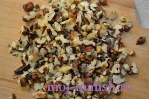 Нарезаем грецкие орехи