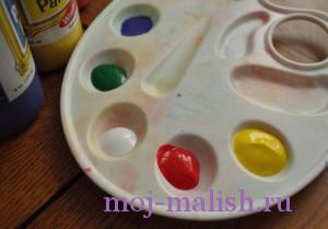 Наливаем в палитру краски