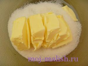 Разминаем маргарин с сахаром