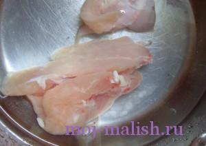 Нарезаем филе курицы