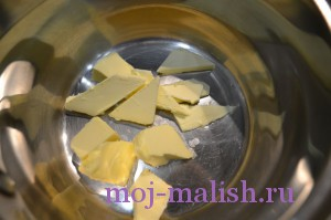 Нарезаем кусочки масла